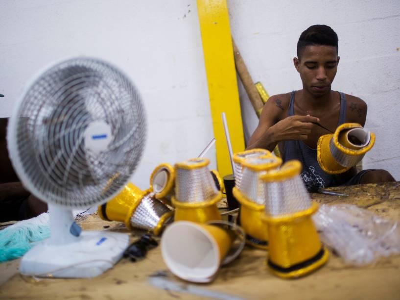 Funcionários da Unidos da Tijuca nos últimos dias de preparação para o Carnaval