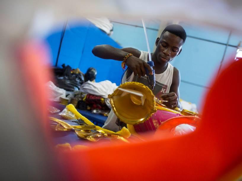 Funcionários da Vila Isabel nos últimos dias de preparação para o Carnaval