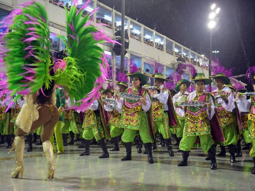 Bateria da Mangueira durante desfile na Marquês de Sapucaí
