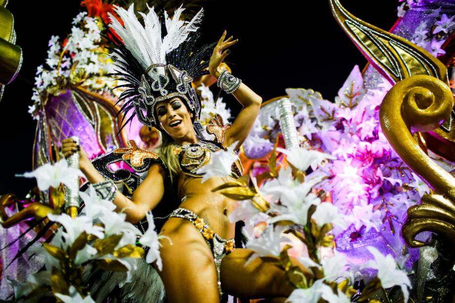 A Beija-Flor é a terceira escola a desfilar na primeira noite de desfiles do grupo especial do Carnaval carioca