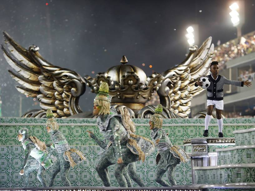 Abre-alas da Acadêmicos do Grande Rio homenageia Pelé