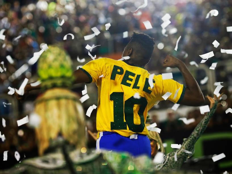 Pelé é homenageado em alegoria da Acadêmicos do Grande Rio, a escola é a quarta a desfilar na Marquês de Sapucaí