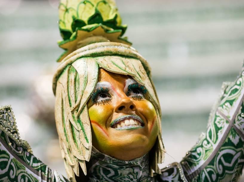 Integrante da Comissão de Frente da Acadêmicos do Grande Rio durante primeiro dia de desfiles do grupo especial do Carnaval carioca