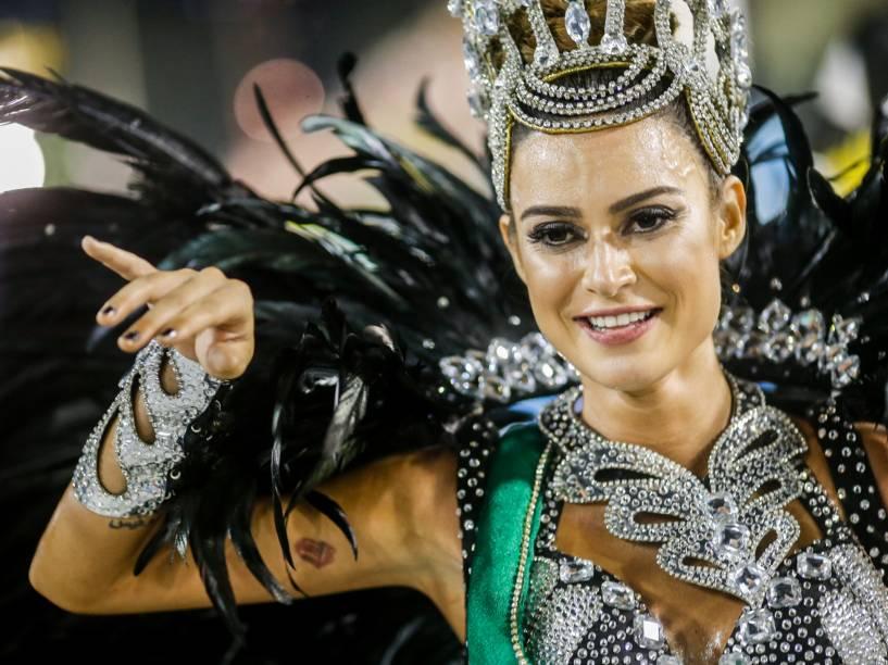 A atriz Thayla Ayala representa a primeira Miss Brasil, Zezé Leone, no desfile da Acadêmicos do Grande Rio