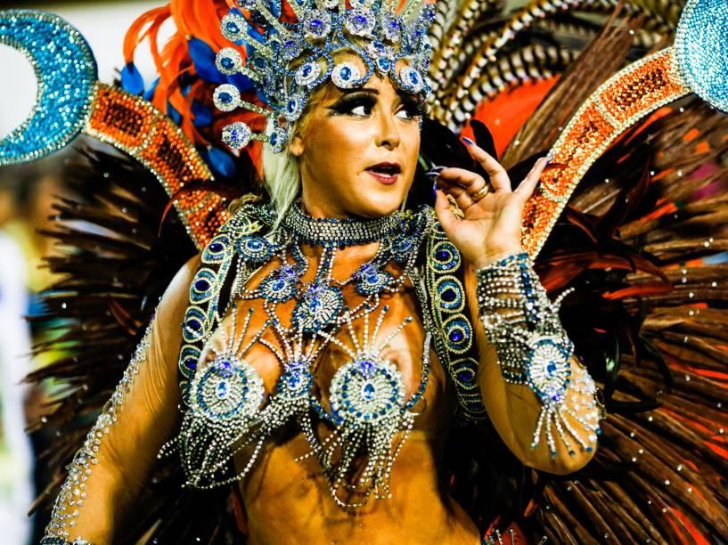 Passista da Unidos de Vila Isabel, a primeira escola a defilar no segundo dia do grupo especial do Carnaval carioca