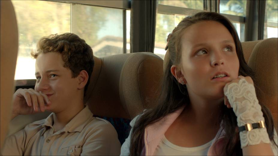 Jorge (Léo Belmonte) e Maria Joaquina (Larissa Manoela) embarcam no ônibus para o acampamento Panapaná
