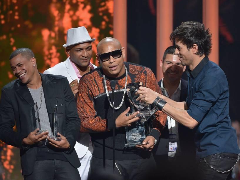 O prêmio de música do ano foi para Enrique Iglesias com Descemer Bueno & Gente de Zona