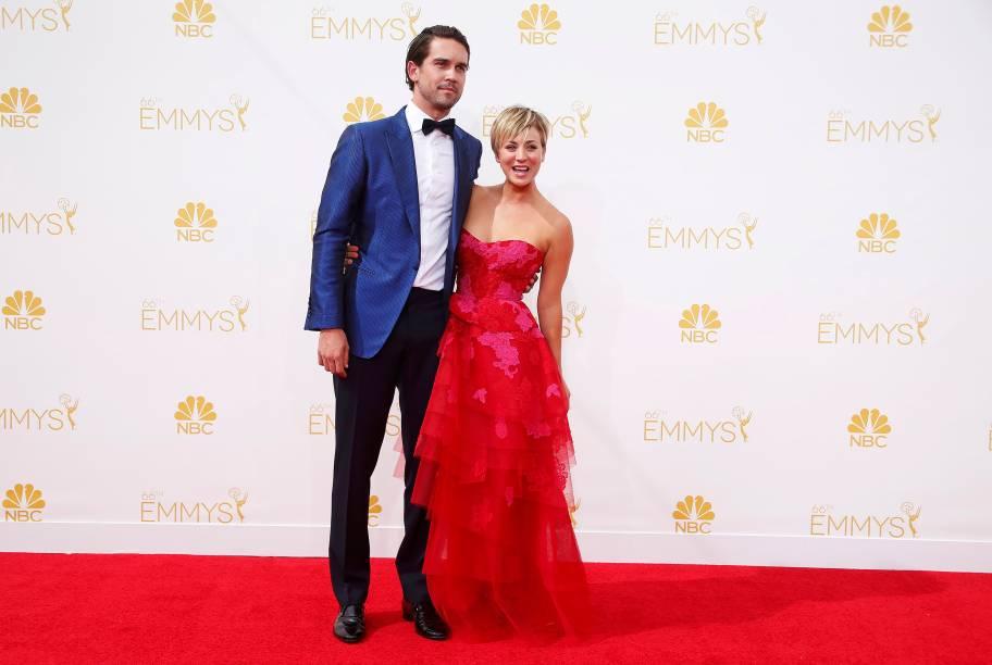 A atriz Kaley Cuoco-Sweeting da série The Big Bang Theory chega com seu marido ao 66º Emmy, em Los Angeles