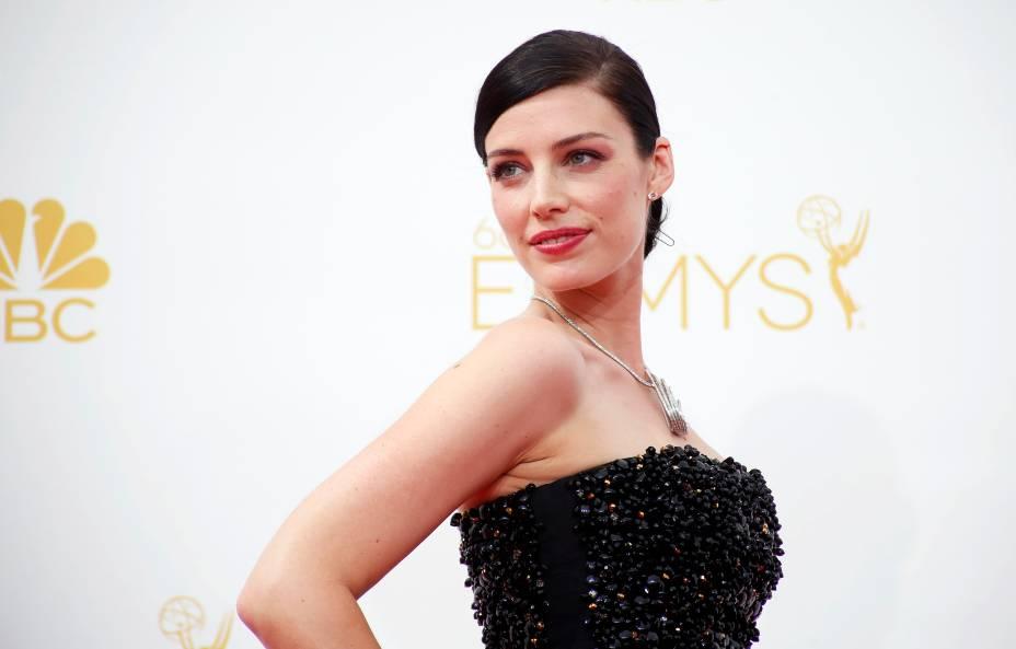 A atriz Jessica Pare da série Mad Men chega par ao 66º Emmy, em Los Angeles