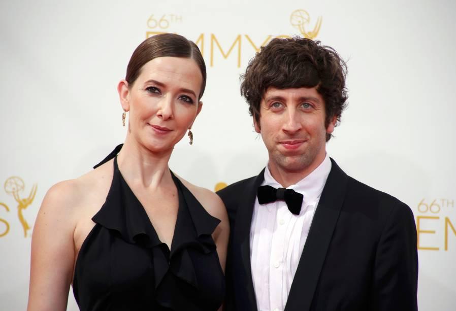 O ator Simon Helberg da série The Big Bang Theory chega com sua esposa ao 66º Emmy, em Los Angeles