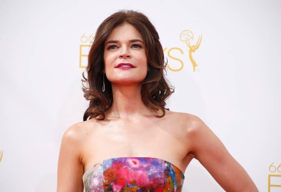 A atriz Betsy Brandt da série Breaking Bad chega ao 66º Emmy, em Los Angeles