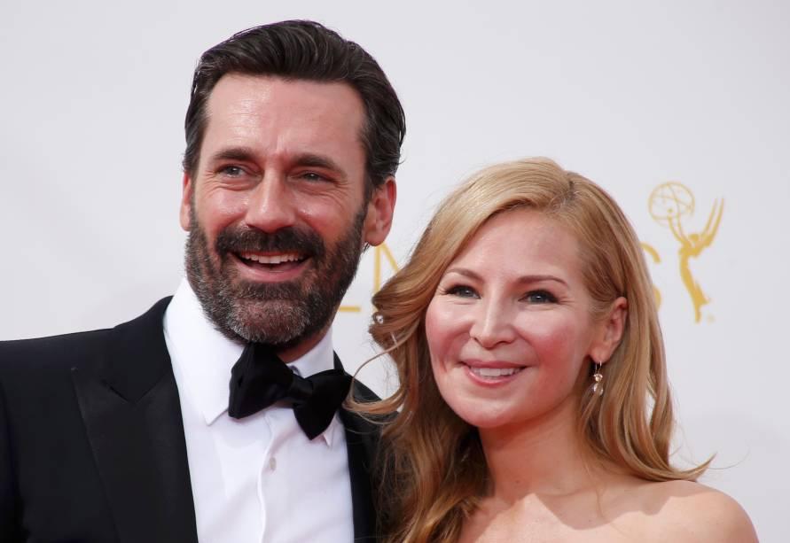O ator Jon Hamm da série Mad Men chega com a atriz Jennifer Westfeldt ao 66º Emmy, em Los Angeles
