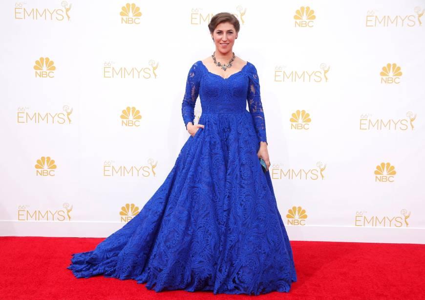 A atriz Mayim Bialik da série The Big Bang Theory chega ao 66º Emmy, em Los Angeles