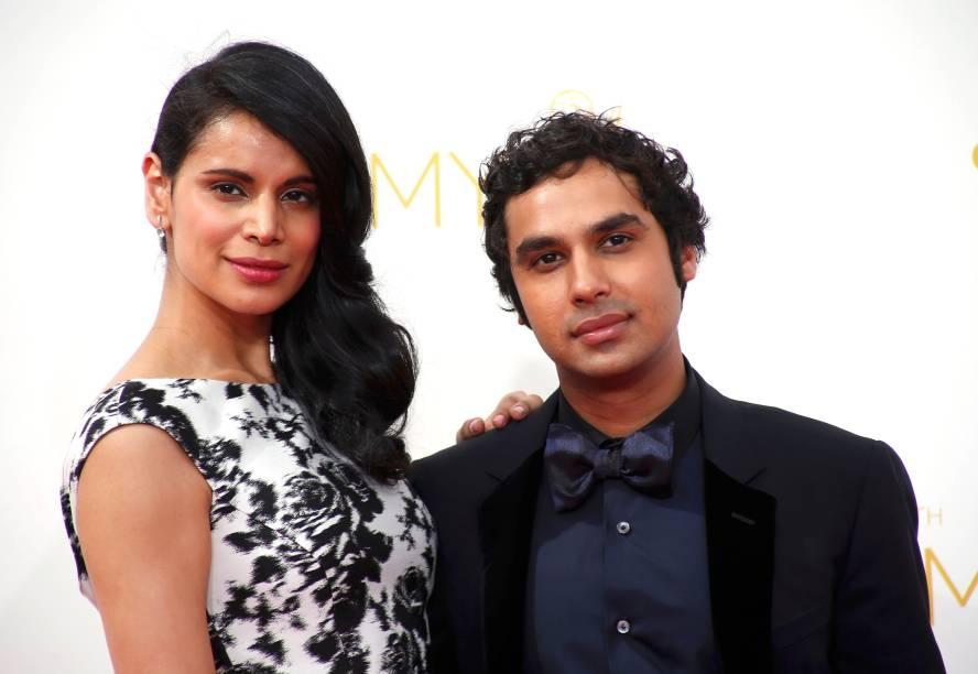 O ator Kunal Nayyar da série The Big Bang Theory chega com sua esposa ao 66º Emmy, em Los Angeles