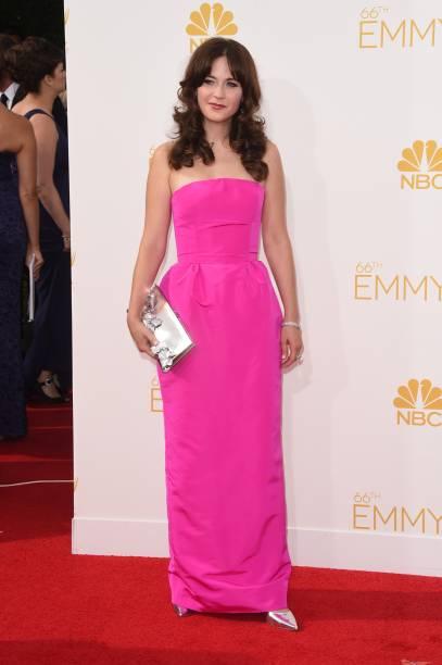 A atriz Zooey Deschanel da série New Girl chega ao 66º Emmy, em Los Angeles