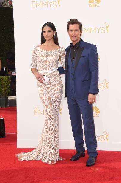 O ator Matthew McConaughey chega com sua namorada, a modelo Camila Alves, ao 66º Emmy, em Los Angeles