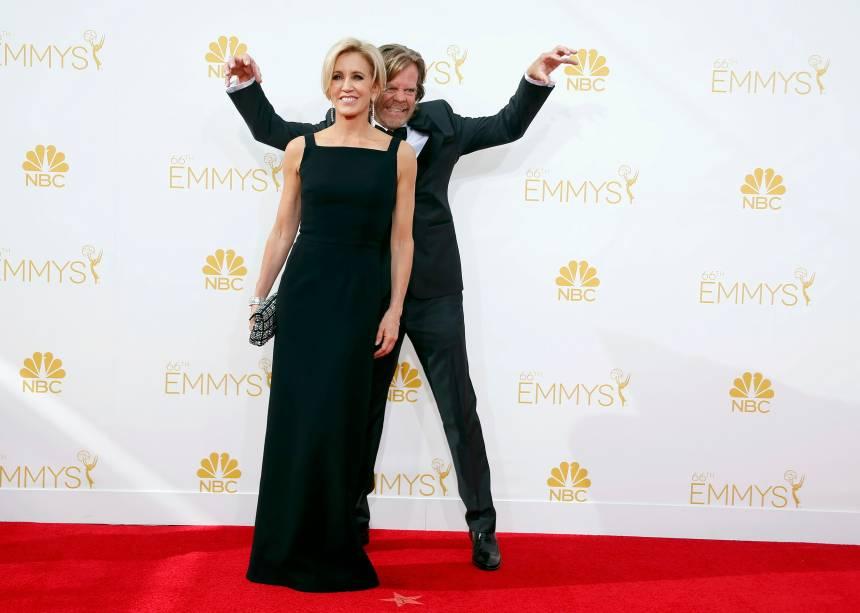 O ator William H. Macy da série Shameless chega com sua esposa ao 66º Emmy, em Los Angeles