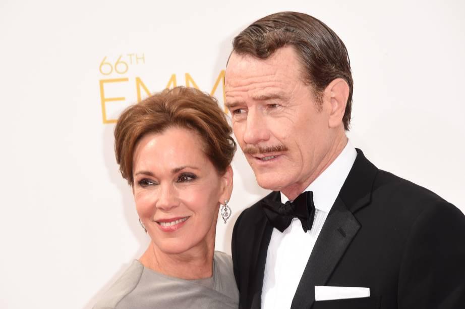 O ator Bryan Cranston da série Breaking Bad chega com a atriz Robin Dearden ao 66º Emmy, em Los Angeles