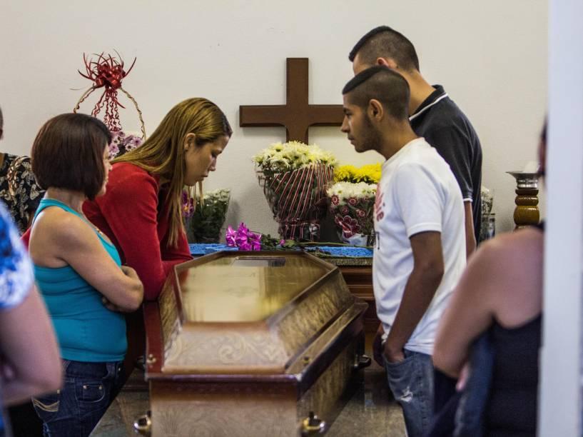 Foi velado e sepultado na manhã deste sábado (15) no cemitério Santo Antônio, Osasco, o corpo de Eduardo Bernardino César de 26 anos, que foi morto na madrugada de quinta-feira (13) na chacina de Osasco (SP)