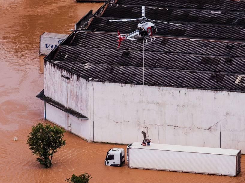 Helicóptero da Polícia Militar resgata homem que ficou ilhado em caminhão na cidade de Itapevi (SP), na Região Metropolitana de São Paulo, gravemente atingida por enchente causada pelo temporal na noite desta quinta-feira (09)