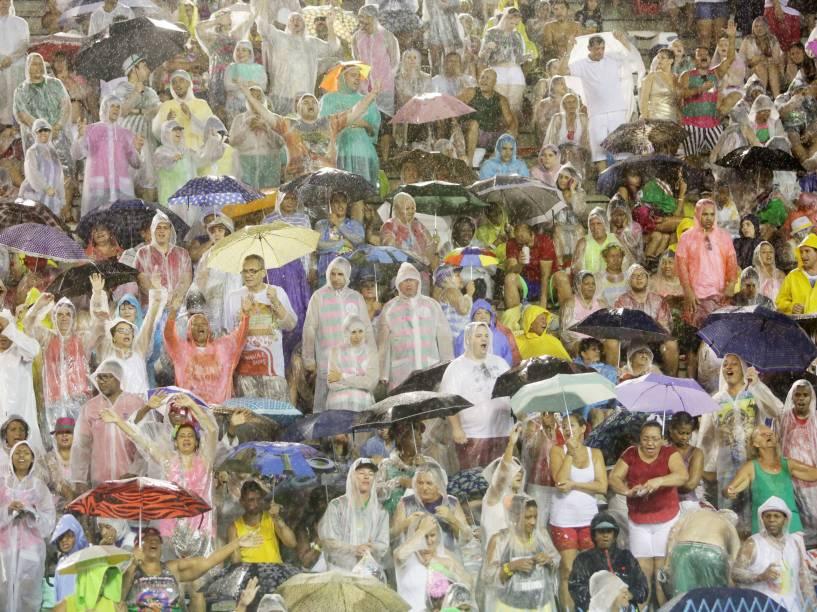 Público enfrenta chuva antes dos desfiles na Marque de Sapucaí