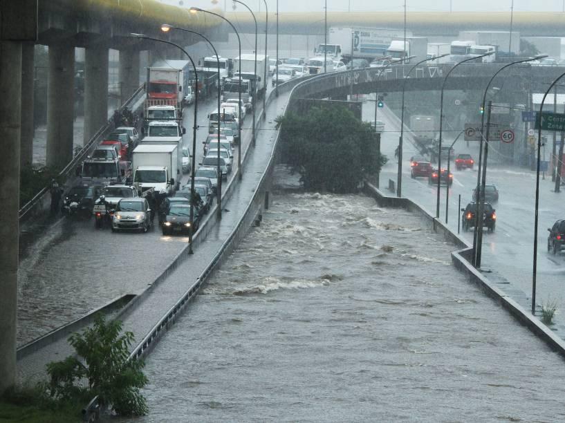 Chuva forte provoca o transbordamento do córrego Sacomã, criando ponto de alagamento na rua das Juntas Provisórias, região do Ipiranga, na zona sul de São Paulo (SP), na tarde desta quinta-feira (19)