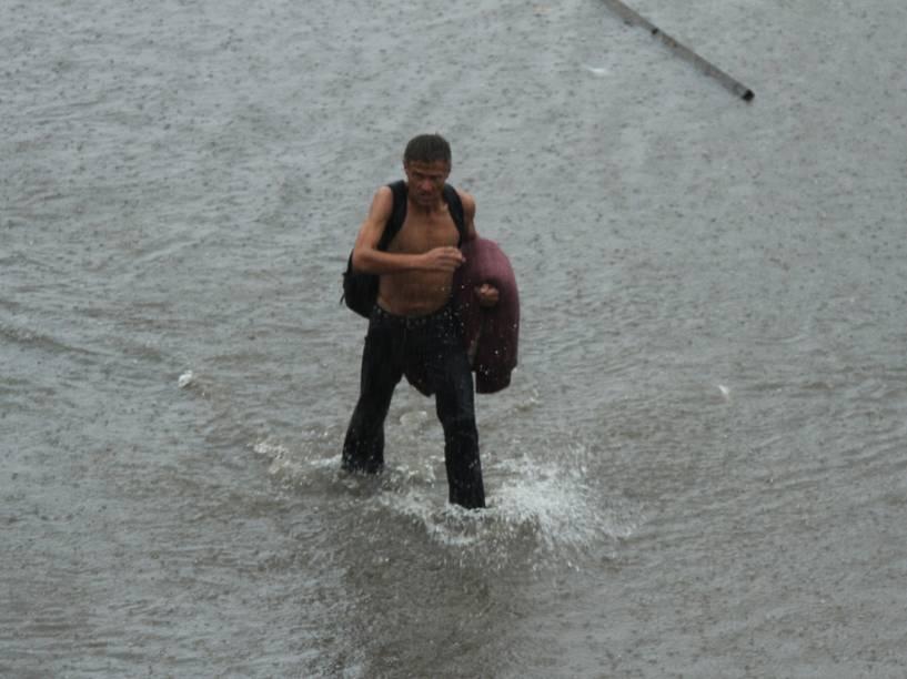 O forte temporal que atingiu São Paulo da tarde desta quinta-feira, 19, deixou alagada a Av. Juntas Provisórias e algumas ruas do entorno devido ao transbordamento do Córrego Sacomã, na região sudeste da cidade