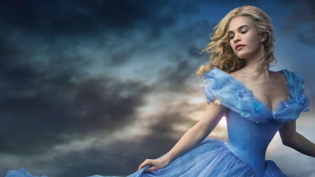 A atriz Lily James como a protagonista do filme Cinderela