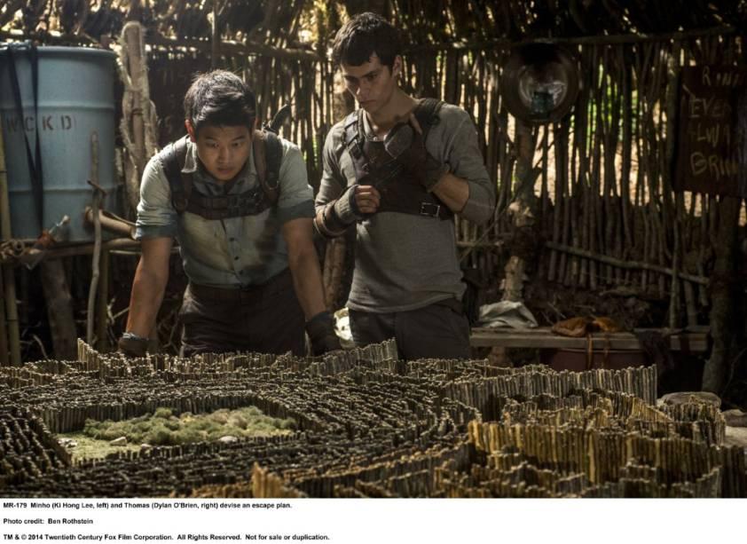 O personagem Minho, interpretado por Ki Hong Lee, conversa com Thomas, Dylan OBrien, em cena do filme Maze Runner