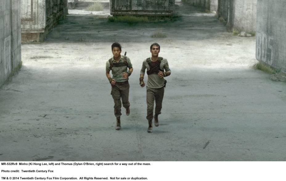 O personagem Minho, interpretado por Ki Hong Lee, e Thomas, Dylan OBrien, em cena do filme Maze Runner