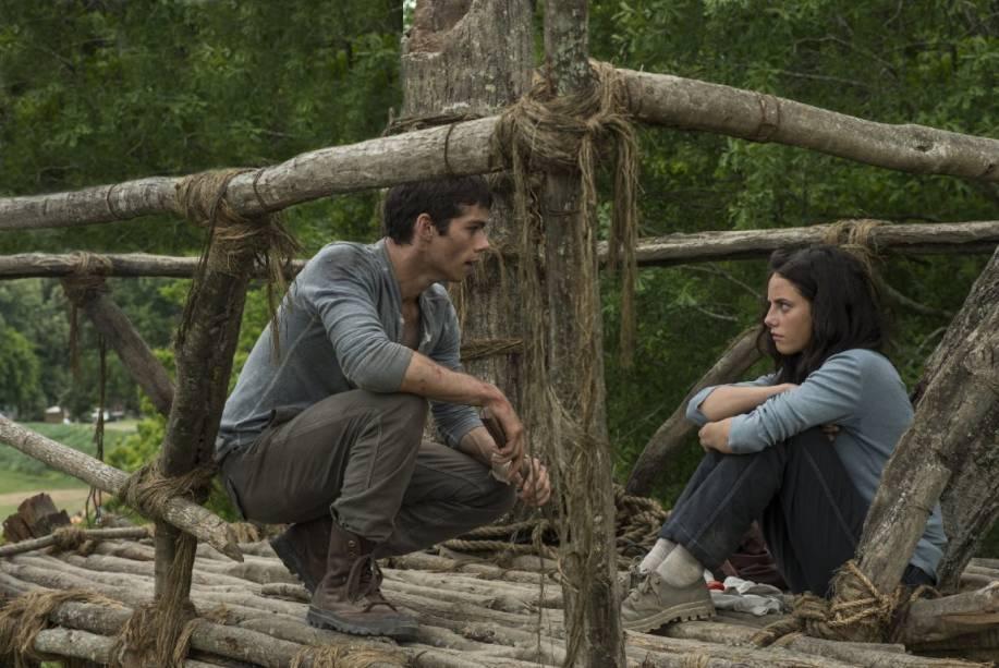 O personagem Thomas, interpretado por Dylan OBrien, conversa com Teresa, Kaya Scodelario, em cena do filme Maze Runner