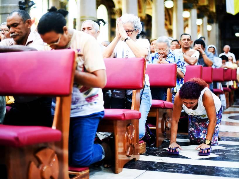 Começou neste domingo (11), por volta das 6h a procissão do Círio de Nazaré de 2015, em Belém, no Pará