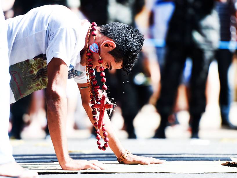 Romeiros acompanham a caminhada de joelhos, descalços, carregando objetos que simbolizam graças alcançadas e puxam a berlinda que leva a santa pela corda. O Círio é uma das festividades católicas mais tradicionais do Brasil