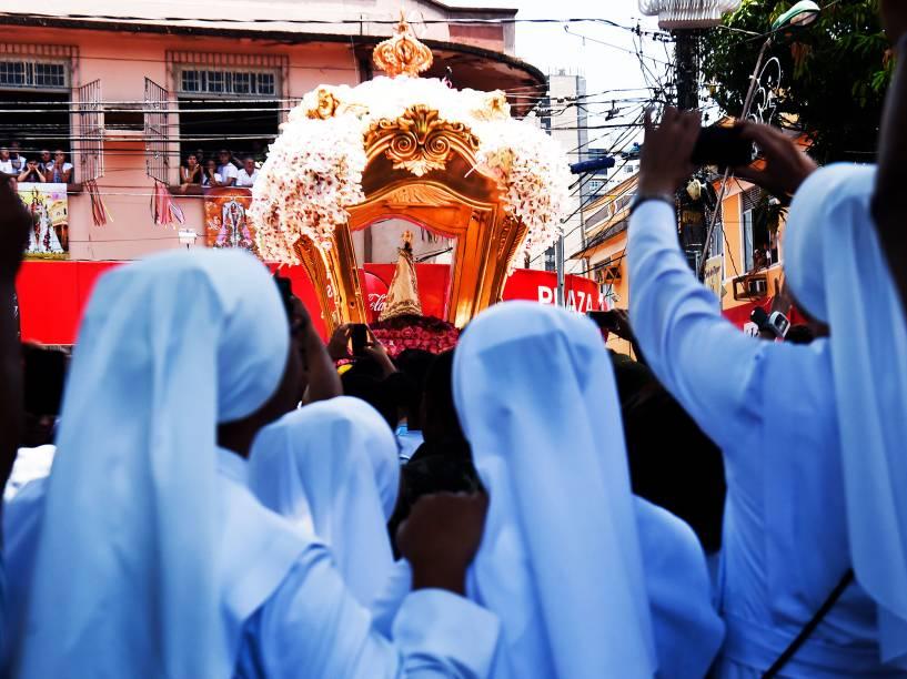 Berlinda com a Imagem da Santa chega à Praça Santuário onde ficará por quinze dias, quando termina a quadra nazarena, durante a procissão do Círio de Nossa Senhora de Nazaré, na manhã deste domingo (11), em Belém (PA)