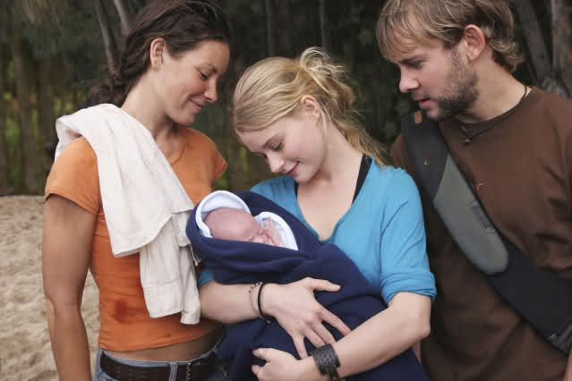 Claire (Emilie de Ravin), Charlie (Dominic Monaghan) e Kate (Evangeline Lilly) na série Lost