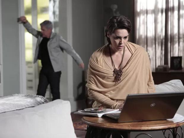 Cláudio Bolgari (José Mayer) desabafa com a mulher, Beatriz (Suzy Rêgo), ao ver a foto de seu beijo no amante, Leonardo (Klebber Toledo), no blog de Téo Pereira (Paulo Betti)