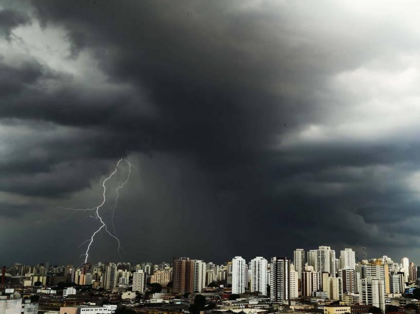 Nuvens carregadas e muitos raios são vistos na região da Lapa, zona oeste de São Paulo, (SP)
