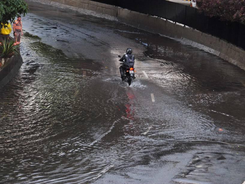 Chuva forte atinge o centro da capital e alaga o corredor norte-sul, ao lado do terminal Bandeira, provocando grande trânsito