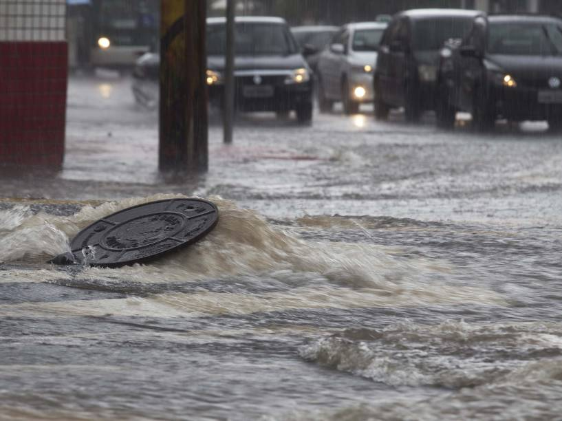 Cruzamento da avenida Lins Vasconcelos com rua Independência, na zona sul de São Paulo, vira ponto de alagamento causado pela forte chuva que atinge a capital