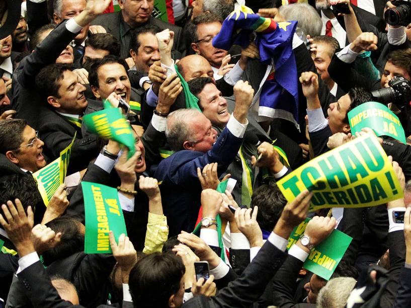 Deputados pró-impeachment comemoram após a aprovação do pedido de impedimento da presidente Dilma Rousseff