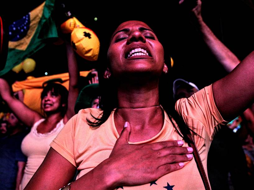Manifestantes na Avenida Paulista comemoram a decisão da Câmara dos deputados, que deu continuidade ao processo do impeachment - 17/04/2016