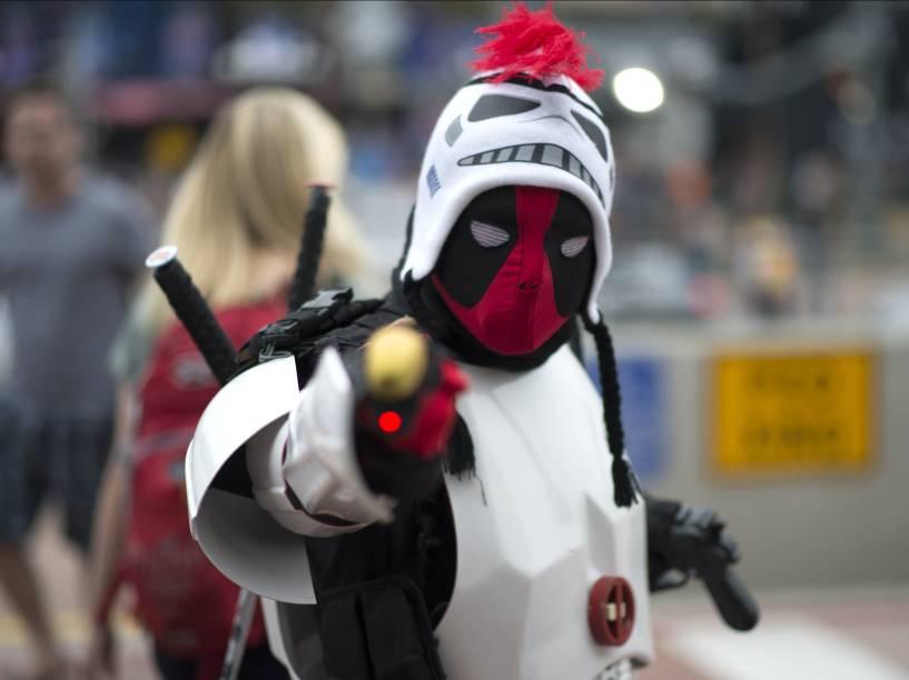 Cosplayer com traje do mercenário Deadpool durante a convenção da Comic Con em San Diego, Califórnia