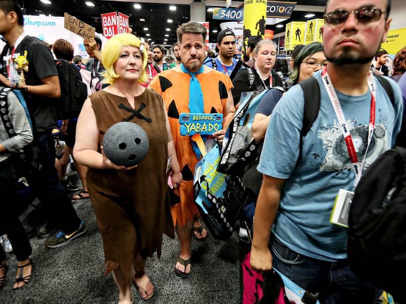 Cosplayers vestidos de Fred Flinstone e seu melhor amigo Barney Rubble caminham durante a Comic Con 2015 em San Diego, Califórnia