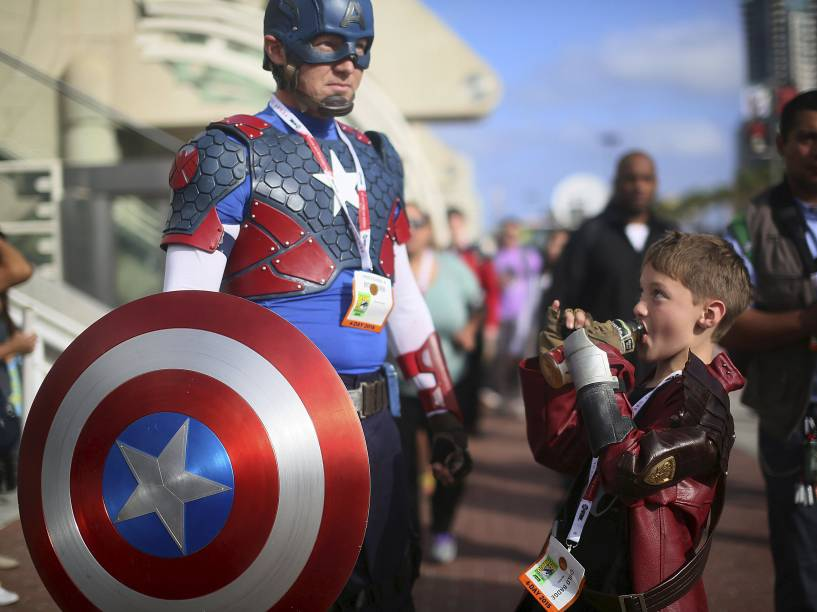 Shawn Richter e seu filho Gavin fantasiados de Capitão América e Senhor das Estrelas durante a Comic Con 2015, em San Diego, Califórnia
