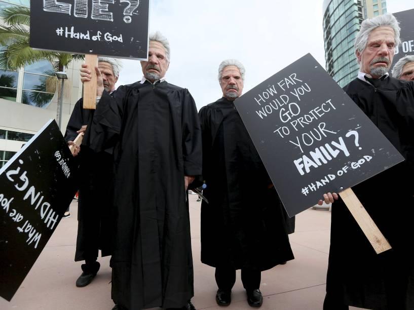 """Personagens do novo seriado da Amazon, """"Hand of God"""" caminham pelo Centro de Convenções de San Diego durante a Comic Con 2015, na Califórnia"""