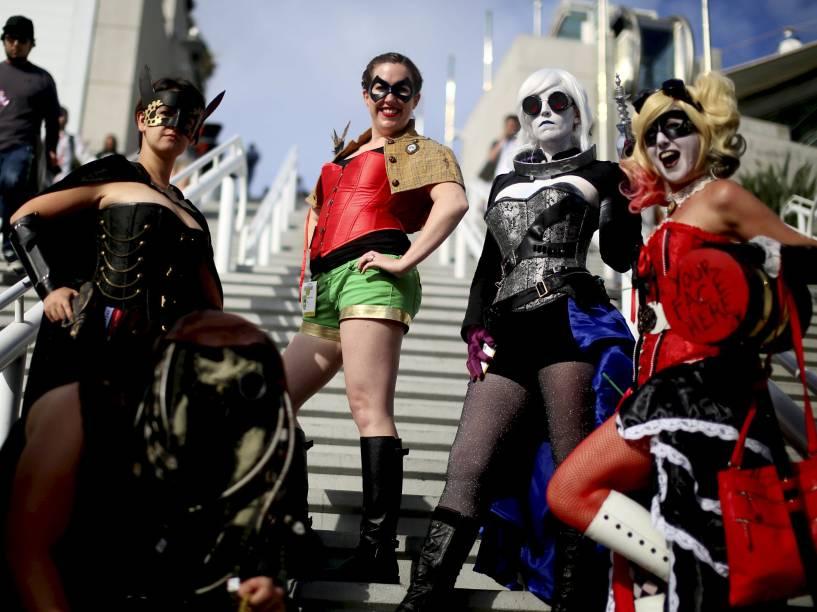 Cosplayers se vestem de personagens da DC comics durante a Comic Con 2015, em San Diego, Califórnia