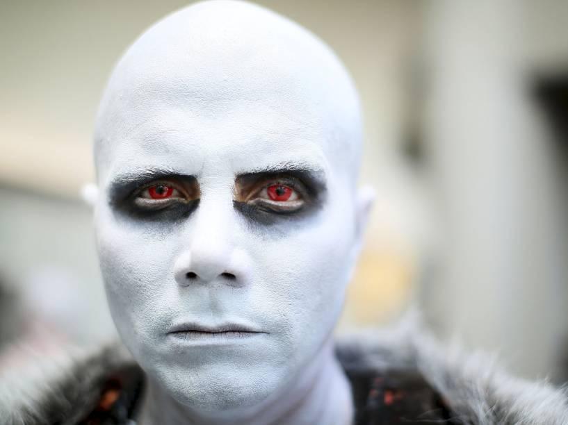 Alejandro Castillo se fantasia de White Walker da série Game Of Thrones durante a Comic Con 2015