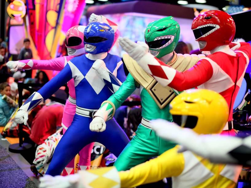 Um grupo vestido de Power Rangers posa no Centro de Convenções da Comic Con Internacional em San Diego, Califórnia. O evento dura quatro dias e reúne apresentações sobre quadrinhos, cinema, TV entre outras mídias atraindo a atenção de entusiastas do mundo inteiro