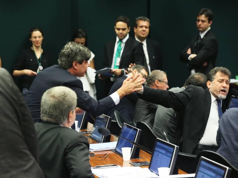 O deputado Zé Geraldo (PT-PA) discute com Wellington Roberto (PR-PB) durante sessão do Conselho de Ética que analisa o processo de quebra de decoro parlamentar contra o presidente da Câmara, Eduardo Cunha, em Brasília (DF), nesta quinta-feira (10)