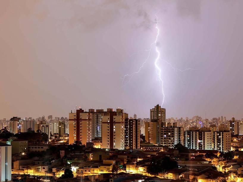 Raios são vistos na zona norte de São Paulo na madrugada desta segunda-feira (29), durante a forte chuva<br><br>